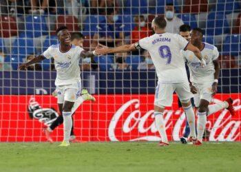 Winger Real Madrid Vinicius Junior (kiri) berselebrasi setelah mencetak gol ke gawang Levante. Gol Vinicius menghindarkan Madrid dari kekalahan. SKor akhir 3-3.
