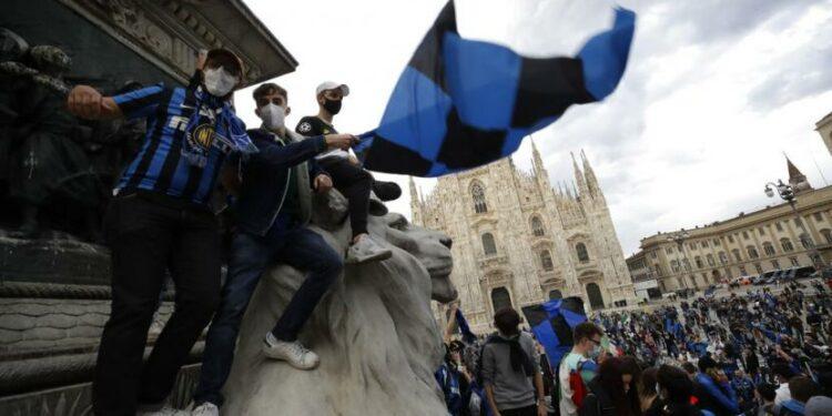 Perayaan scudetto Inter Milan dan para tifosinya di Piazza Duomo beberapa waktu lalu.