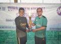 Anroja menyerahkan tropi kepada kapten Umay FC | Foto steemit @anroja