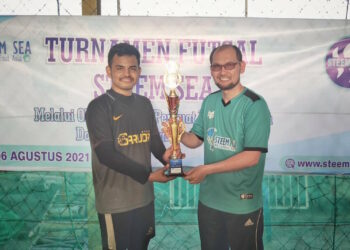 Anroja handed over the trophy to the Umay FC captain | Photo stems @anroja