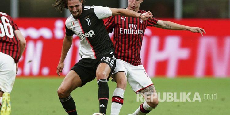 Pemain AC Milan Andrea Conti (kanan) tak masuk dalam skuad Rossoneri di Liga Champions.