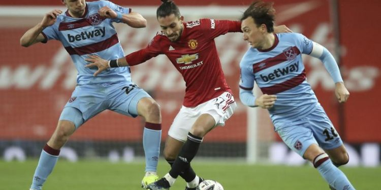 Alex Telles dari Manchester United (tengah)