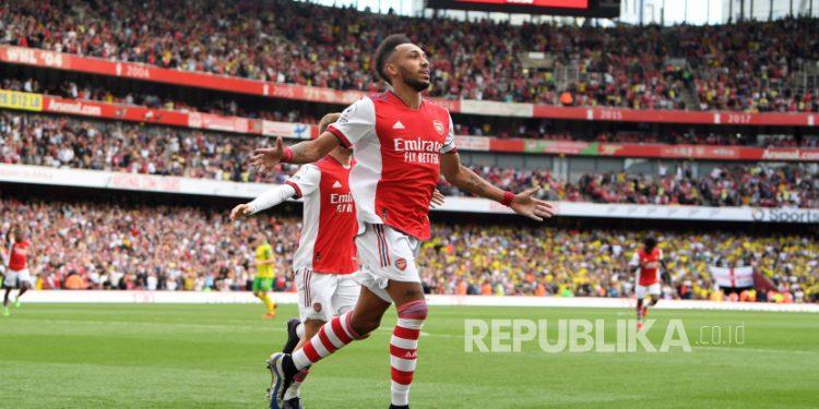 Pierre-Emerick Aubameyang dari Arsenal merayakan setelah mencetak keunggulan 1-0 pada pertandingan sepak bola Liga Premier Inggris antara Arsenal FC dan Norwich City di London, Inggris,Sabtu (11/9).