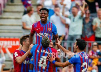 Ansu Fati dari Barcelona merayakan setelah mencetak gol ketiga timnya pada pertandingan sepak bola La Liga Spanyol antara FC Barcelona dan Levante di stadion Camp Nou di Barcelona, ??Spanyol, Ahad (26/9) malam.