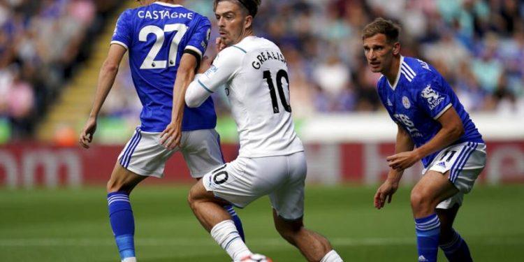 Gelandang Manchester City Jack Grealish (tengah) diapit dua pemain Leicester City Timothy Castagne (kiri) dan Marc Albrighton dalam pertandingan  di Stadion King Power, Leicester, Sabtu (11/9).