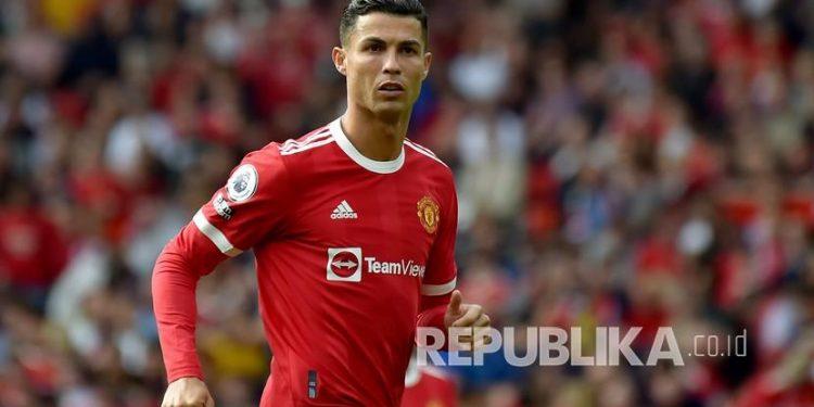 Pemain Manchester United Cristiano Ronaldo pada pertandingan sepak bola Liga Premier Inggris antara Manchester United dan Newcastle United di stadion Old Trafford di Manchester, Inggris, Sabtu (11/9).