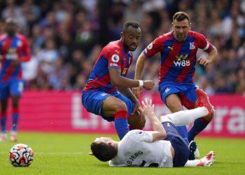 Pemain Tottenham Hotspur Pierre-Emile Hojbjerg terjatuh saat berduel bola dengan pemain Crystal Palace Jordan Ayew (kiri).
