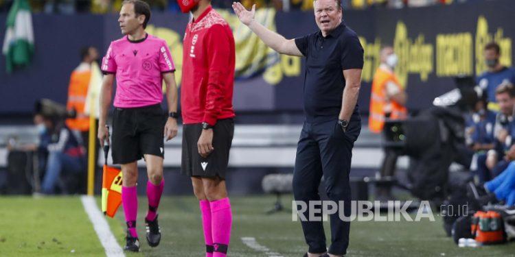 Pelatih Barcelona Ronald Koeman memberi isyarat selama pertandingan sepak bola La Liga Spanyol antara Cadiz dan Barcelona di Stadion Nuevo Mirandilla di Cadiz, Spanyol, Kamis, 23 September 2021.
