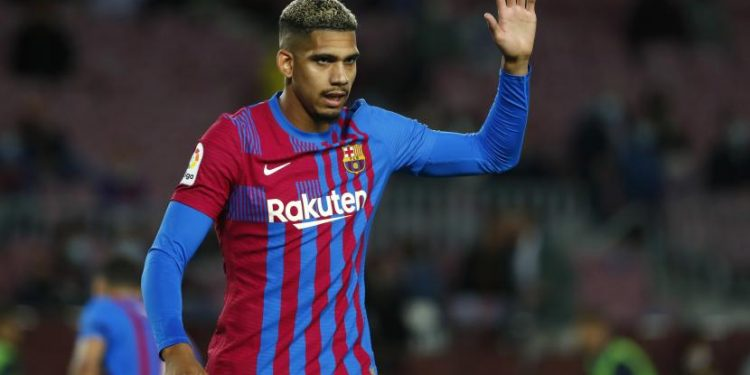 Pemain Barcelona Ronald Araujo.