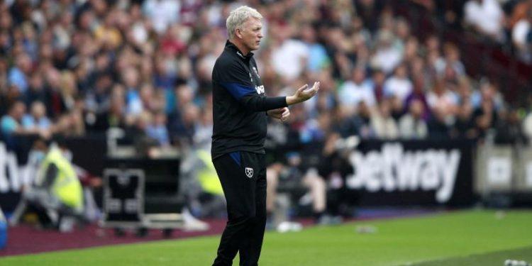 Pelatih West Ham David Moyes menginstruksikan para pemainnya selama pertandingan sepak bola Liga Primer Inggris antara West Ham United dan Manchester United di Stadion London di London, Inggris, Ahad, 19 September 2021.