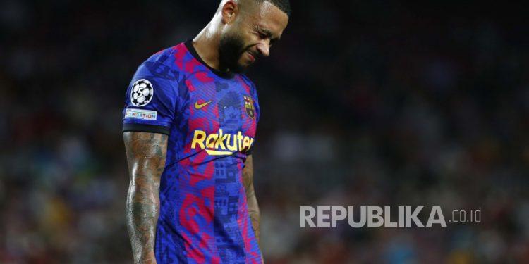 Memphis Depay dari Barcelona bereaksi pada akhir pertandingan sepak bola grup E Liga Champions antara F.C. Barcelona dan Bayern di stadion Camp Nou di Barcelona, ????Spanyol, Selasa, 9 September. 14, 2021.