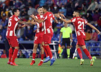 Penyerang Atletico Madrid Luis Suarez (kedua kanan) merayakan golnya ke gawang Getafe.