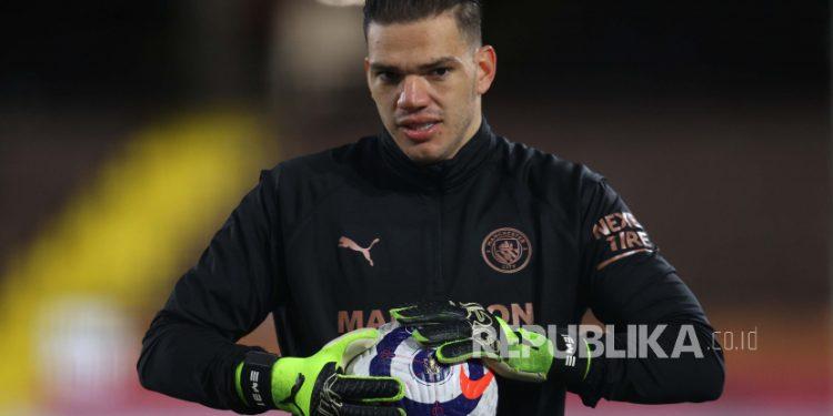 Penjaga gawang Manchester City Ederson Moraes memperpanjang kontrak di klub sampai Juni 2026.