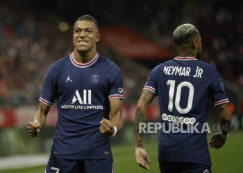 Pemain Paris Saint-Germain Kylian Mbappe (kiri).