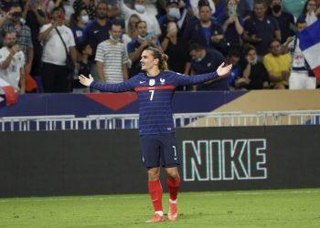 Pemain Prancis Antoine Griezmann merayakan setelah mencetak gol kedua timnya selama pertandingan sepak bola kualifikasi grup D Piala Dunia 2022 antara Prancis dan Finlandia di stadion Decines di Lyon, Prancis, Selasa 7 September 2021.