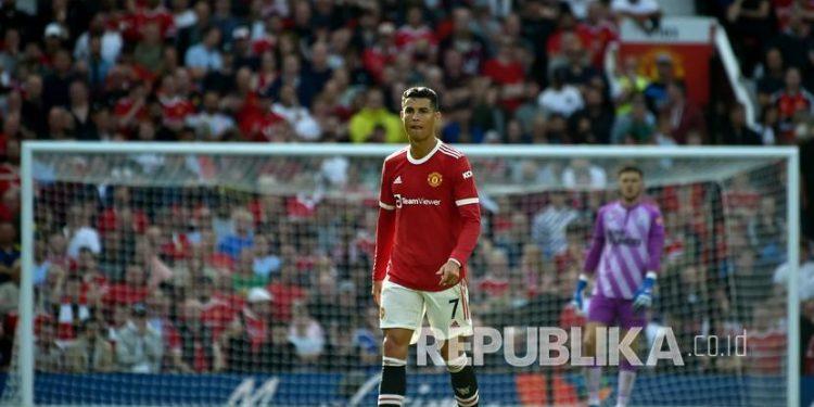 Pemain Manchester United Cristiano Ronaldo berjalan di atas lapangan pada pertandingan sepak bola Liga Inggris antara Manchester United dan Newcastle United di stadion Old Trafford di Manchester, Inggris, Sabtu (11/9).