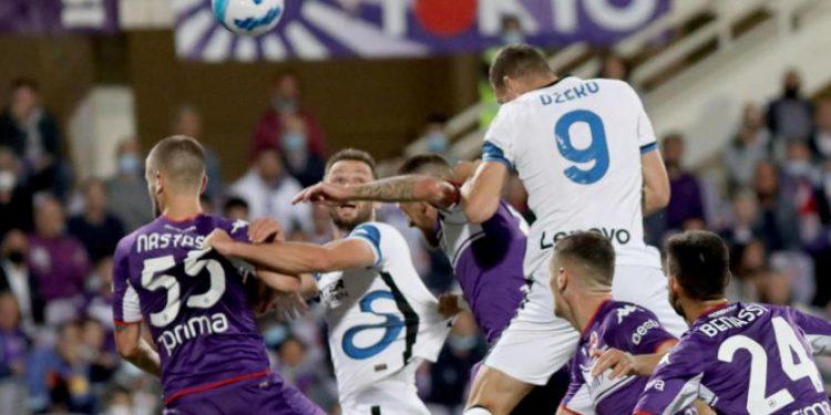 Penyerang Inter Milan Edin Dzeko (kanan atas) mencetak gol ke gawang Fiorentina lewat tandukan.