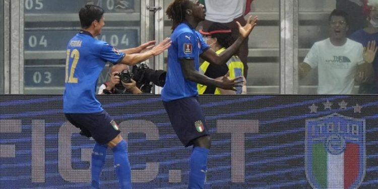 Moise Kean dari Italia, kanan, merayakan setelah mencetak gol pembuka timnya selama pertandingan sepak bola grup C kualifikasi Piala Dunia 2022 antara Italia dan Lithuania di stadion Città del Tricolore di Reggio Emilia, Italia, Rabu, 8 September 2021.