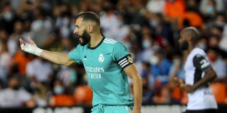 Karim Benzema dari Real Madrid merayakan setelah mencetak gol kedua timnya selama pertandingan sepak bola La Liga Spanyol antara Valencia dan Real Madrid di stadion Mestalla di Valencia, Spanyol, Minggu, 19 September 2021.