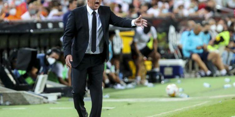 Pelatih Real Madrid Carlo Ancelotti saat sedang memberikan instruksi.