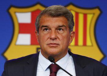Presiden klub FC Barcelona Joan Laporta menggaruk wajahnya saat konferensi pers di Barcelona, ??Spanyol, Jumat, 6 Agustus 2021.