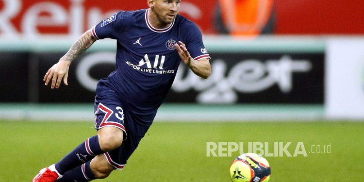 Lionel Messi dari Paris Saint-Germain beraksi pada pertandingan sepak bola Ligue 1 Prancis antara Stade Reims dan Paris Saint-Germain (PSG) di Stade Auguste-Delaune II di Reims, Prancis,  Senin (30/8) dini hari WIB.