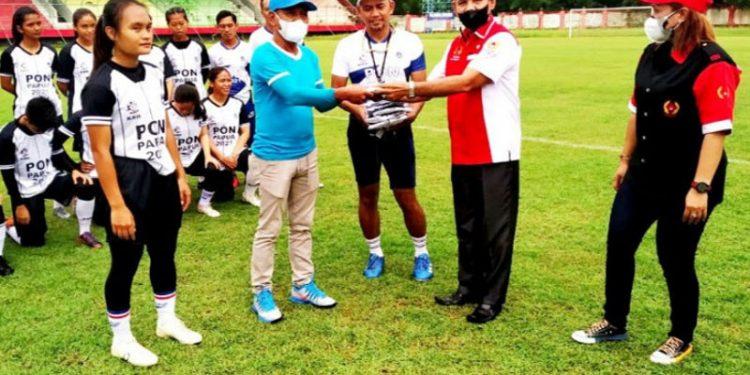Ketua KONI Palangka Raya berikan bantuan kepada tim Kalteng Putri