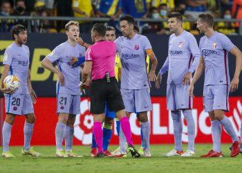 Wasit Carlos Del Cerro Grande memberi isyarat setelah menunjukkan kartu merah kepada Frenkie de Jong dari Barcelona, ??kedua kiri, selama pertandingan sepak bola La Liga Spanyol antara Cadiz dan Barcelona di stadion Nuevo Mirandilla di Cadiz, Spanyol, Kamis, 23 September 2021.