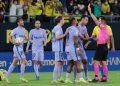 Wasit Del Cerro Grande (kanan) mengacungkan kartu merah kepada gelandang Barcelona Frenkie De Jong saat melawan Cadiz. Barcelona ditahan imbang Cadiz 0-0.