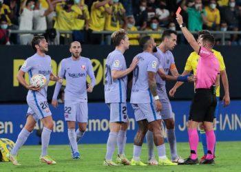 Wasit Del Cerro Grande (right) showed a red card to Barcelona midfielder Frenkie De Jong against Cadiz. Barcelona held to a draw by Cadiz 0-0.
