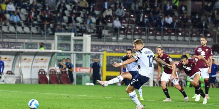 Penyerang Lazio Ciro Immobile mengeksekusi penalti lawan Torino.
