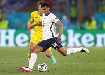 Jude Bellingham (depan) dari Inggris beraksi selama pertandingan perempat final UEFA EURO 2020 antara Ukraina dan Inggris di Roma, Italia, 03 Juli 2021.