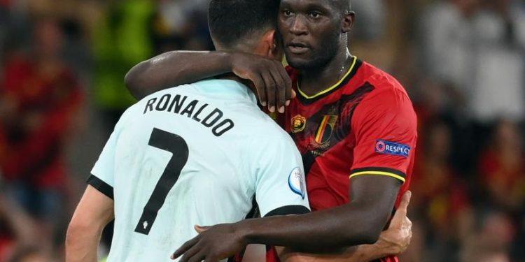 Romelu Lukaku dari Belgia (kanan) berpelukan dengan Cristiano Ronaldo dari Portugal.