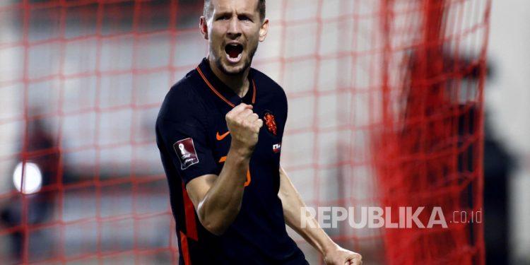Luuk de Jong dari Belanda merayakan gol 0-2 selama pertandingan kualifikasi Piala Dunia FIFA 2022 antara Gibraltar dan Belanda di Stadion Victoria di Gibraltar, 30 Maret 2021.