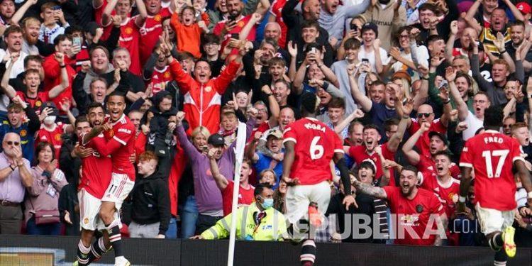 Pemain Manchester United Bruno Fernandes (kiri) merayakan dengan rekan setimnya setelah mencetak gol pertama timnya selama pertandingan sepak bola Liga Inggris antara Manchester United dan Leeds United di Old Trafford di Manchester, Inggris, Sabtu, 14 Agustus 2021. Old Trafford kini sudah penuh sesak kembali.