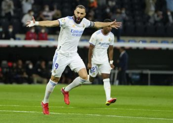 Karim Benzema of Real Madrid celebrates after scoring his team's first goal during the Spanish La Liga football match between Real Madrid and Mallorca at the Bernabeu stadium in Madrid, Spanish, Thursday (23/9).
