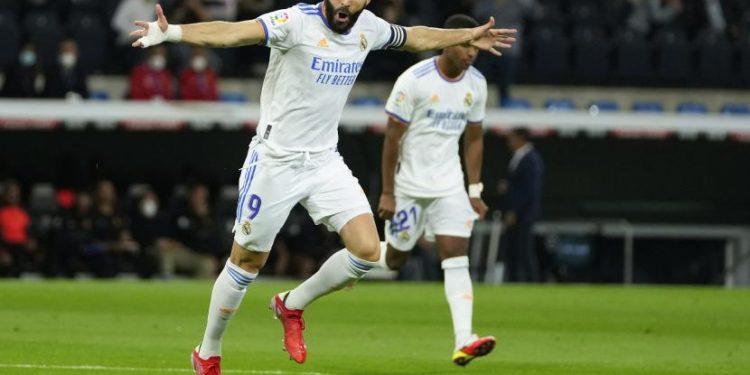 Karim Benzema dari Real Madrid merayakan setelah mencetak gol pertama timnya selama pertandingan sepak bola La Liga Spanyol antara Real Madrid dan Mallorca di stadion Bernabeu di Madrid, Spanyol, Kamis (23/9).