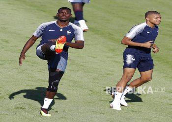 Paul Pogba dan Kylian Mbappe (kanan) saat mengikuti latihan timnas Prancis.