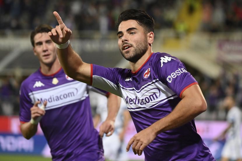 Pemain Fiorentina Riccardo Sottil merayakan golnya selama pertandingan sepak bola Serie A antara Fiorentina dan Inter Milan, di stadion Artemio Franchi di Florence, Italia, Selasa, 21 September 2021.
