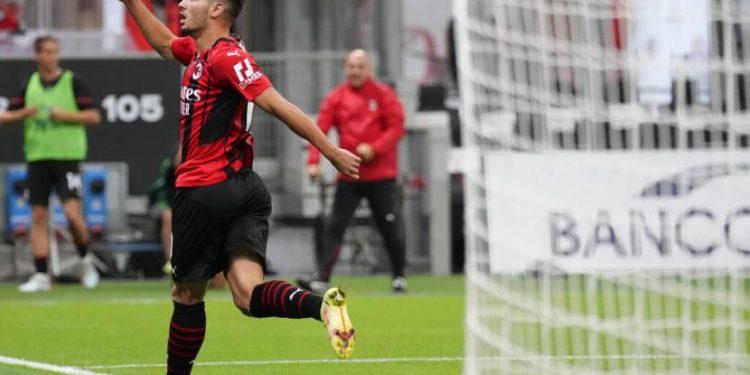 Gelandang serang AC Milan Brahim Diaz merayakan golnya ke gawang Venezia dalam lanjutan Serie A Liga Italia di San Siro, Milan, Kamis (23/9) dini hari WIB. Milan mengalahkkan Venezia 2-0.