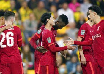 Pemain Liverpool Takumi Minamino (tengah) merayakan golnya ke gawang Norwich City di Piala Carabao.