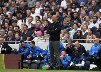 Pelatih kepala Tottenham Nuno Espirito Santo berdiri di pinggir lapangan selama pertandingan sepak bola Liga Premier Inggris antara Tottenham Hotspur dan Chelsea di Stadion Tottenham Hotspur di London, Inggris, Minggu, 19 September 2021.