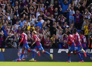 Para pemain Crystal Palace merayakan gol Wilfried Zaha (kiri) ke gawang Tottenham Hotspur.