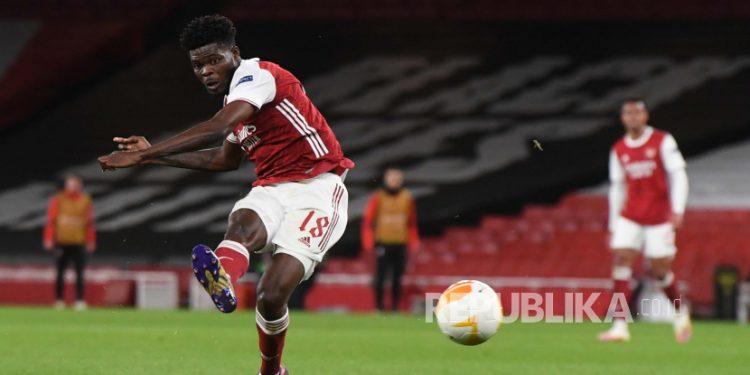 Pemain Arsenal Thomas Partey menendang bola.
