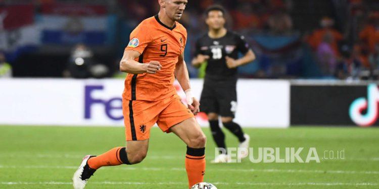 Luuk de Jong dari Belanda beraksi selama pertandingan sepak bola babak penyisihan grup C UEFA EURO 2020 antara Belanda dan Austria di Amsterdam, Belanda, 17 Juni 2021.