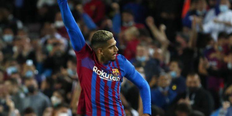 Pemain Barcelona Ronald Araujo merayakan setelah mencetak gol pertama timnya selama pertandingan sepak bola La Liga Spanyol antara Barcelona dan Granada, di stadion Camp Nou di Barcelona,, Spanyol, Selasa (21/9).
