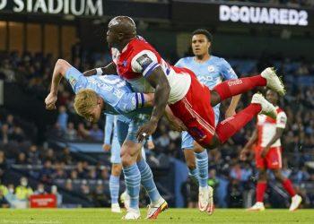 Pemain Manchester City Kevin De Bruyne, kiri, dan Wycombe Wanderers Adebayo Akinfenwa bertabrakan saat mereka bersaing memperebutkan bola dalam pertandingan sepak bola putaran ketiga Piala Liga Inggris antara Manchester City dan Wycombe Wanderers di Etihad Stadium, di Manchester Inggris, Selasa, 21 September 2021 .