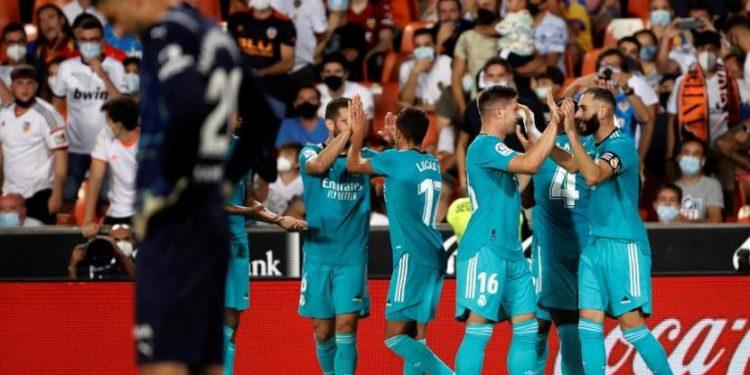 Para pemain Real Madrid merayakan gol pada laga lanjutan La Liga melawan Valencia di Stadion Mestalla, Senin (20/9) dini hari WIB. Madrid menang 2-1 pada laga ini.