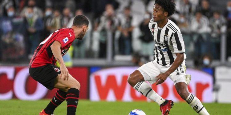 Pemain Juventus Juan Cuadrado (Kanan) menghadapi pemain AC MIlan Alessio Romagnoli selama pertandingan sepak bola Serie A antara Juventus dan AC Milan, di stadion Turin Allianz, Italia, Senin (20/9) dini hari WIB.