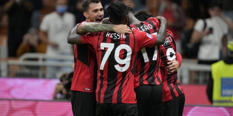 Pemain AC Milan Theo Hernandez merayakan dengan rekan setimnya setelah mencetak gol selama pertandingan sepak bola Serie A antara AC Milan dan Venezia di stadion San Siro, di Milan, Italia, Rabu, 22 September 2021.